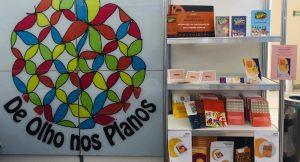 Estande da iniciativa De Olho nos Planos no 17º Fórum Nacional da Undime Guia Educação Infantil